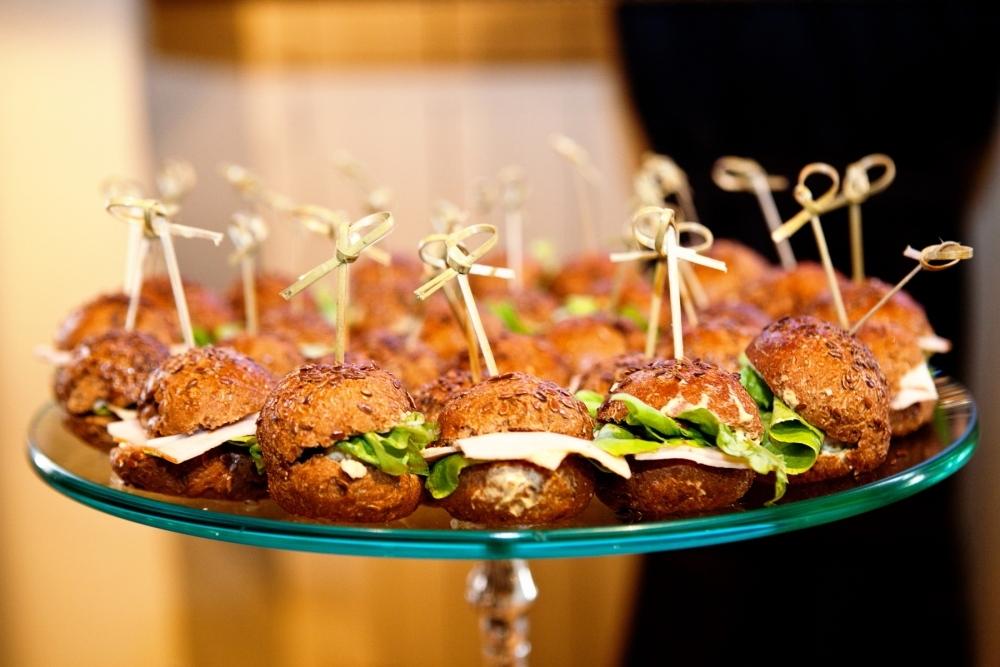 Mini sanduíches de peito de peru com mostarda Dijon