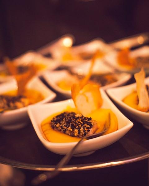 Salmão em crosta de gergelim ao molho teriyaki com purê de batata baroa e chips de aipim