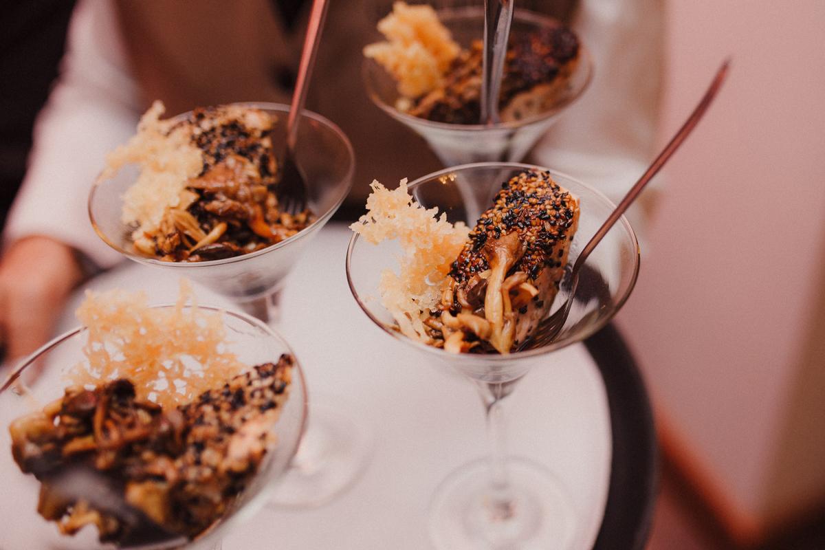 Salmão em crosta de gergelim, cogumelos e teriyaki