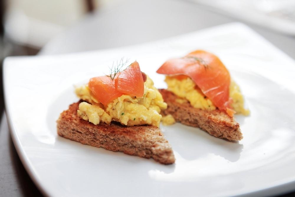 Scrambled eggs com salmão defumado