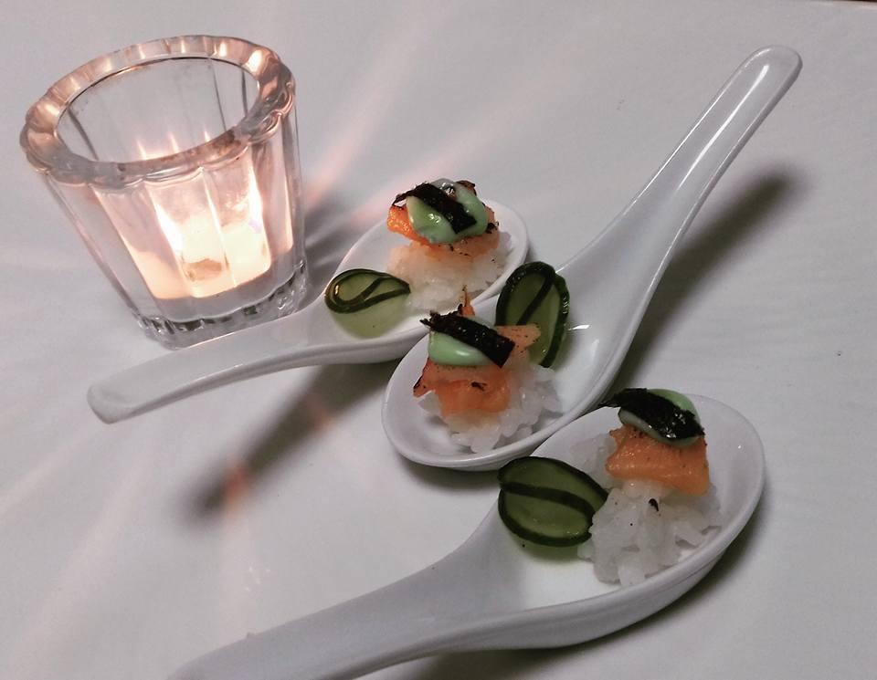 Canapé de salmão defumado com arroz japonês, pickle de pepino e maionese de wasabi.