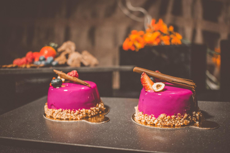 Entremet de chocolate com morango, avelãs e glaçagem de chocolate espelhada