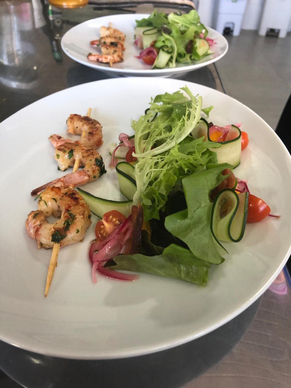 Espetinho de camarão com salada cítrica