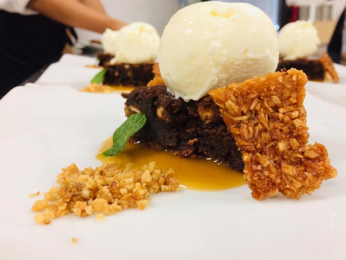 Brownie com caramelo salgado e sorvete de coco