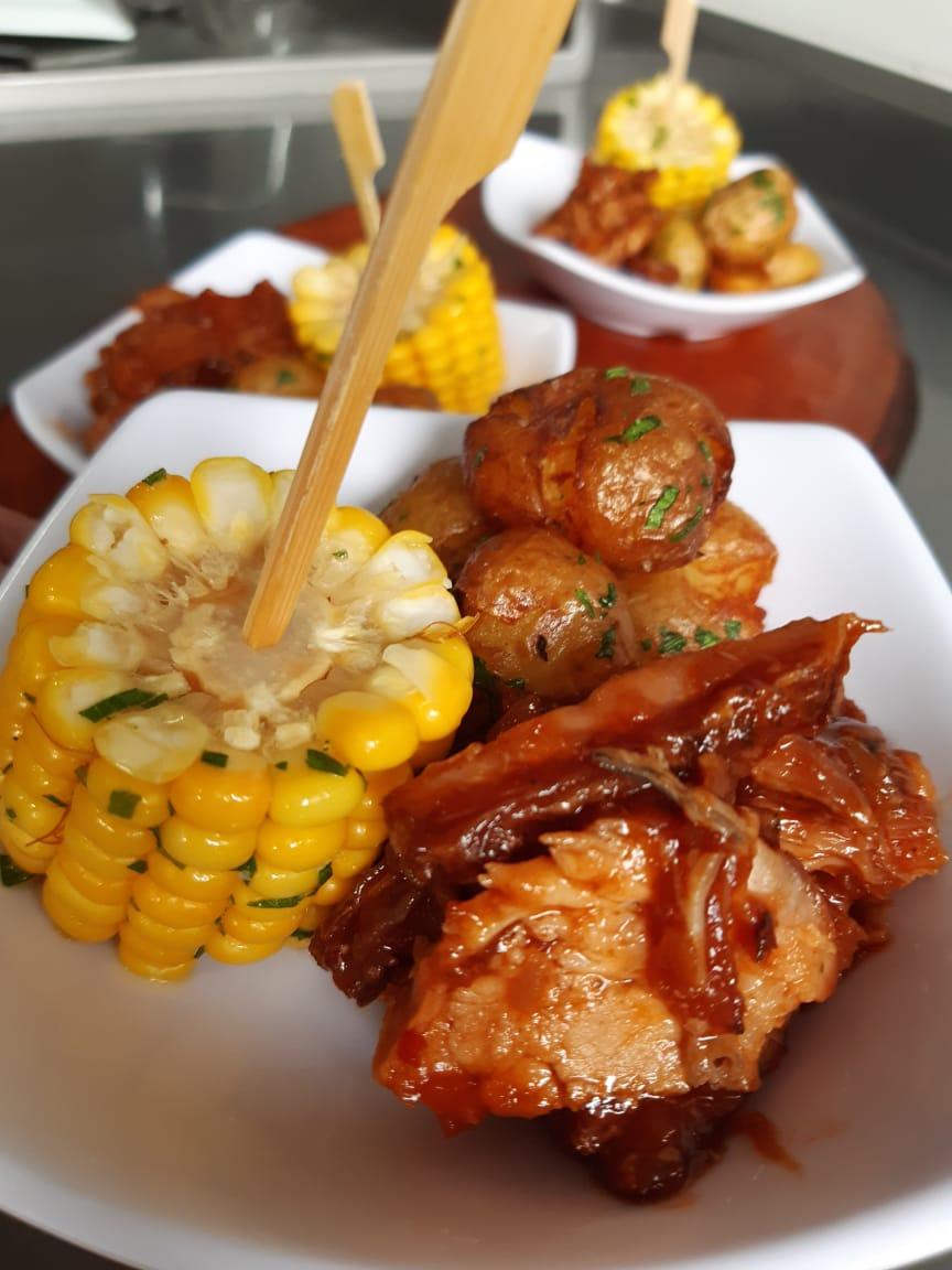 Petit Porcão: Costelinha ao barbecue artesanal com batatinhas rústicas e milho na manteiga de ervas