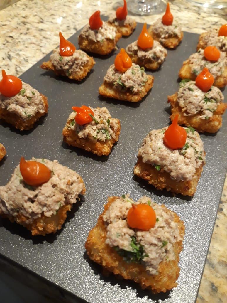 Crocante de tapioca com queijo coalho, carne de sol na nata e pimenta biquinho