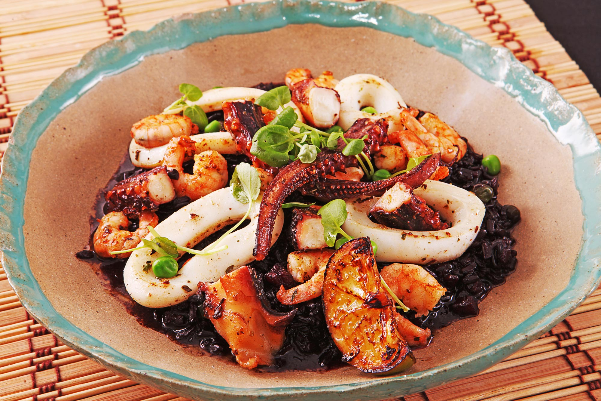 Arroz negro de frutos do mar