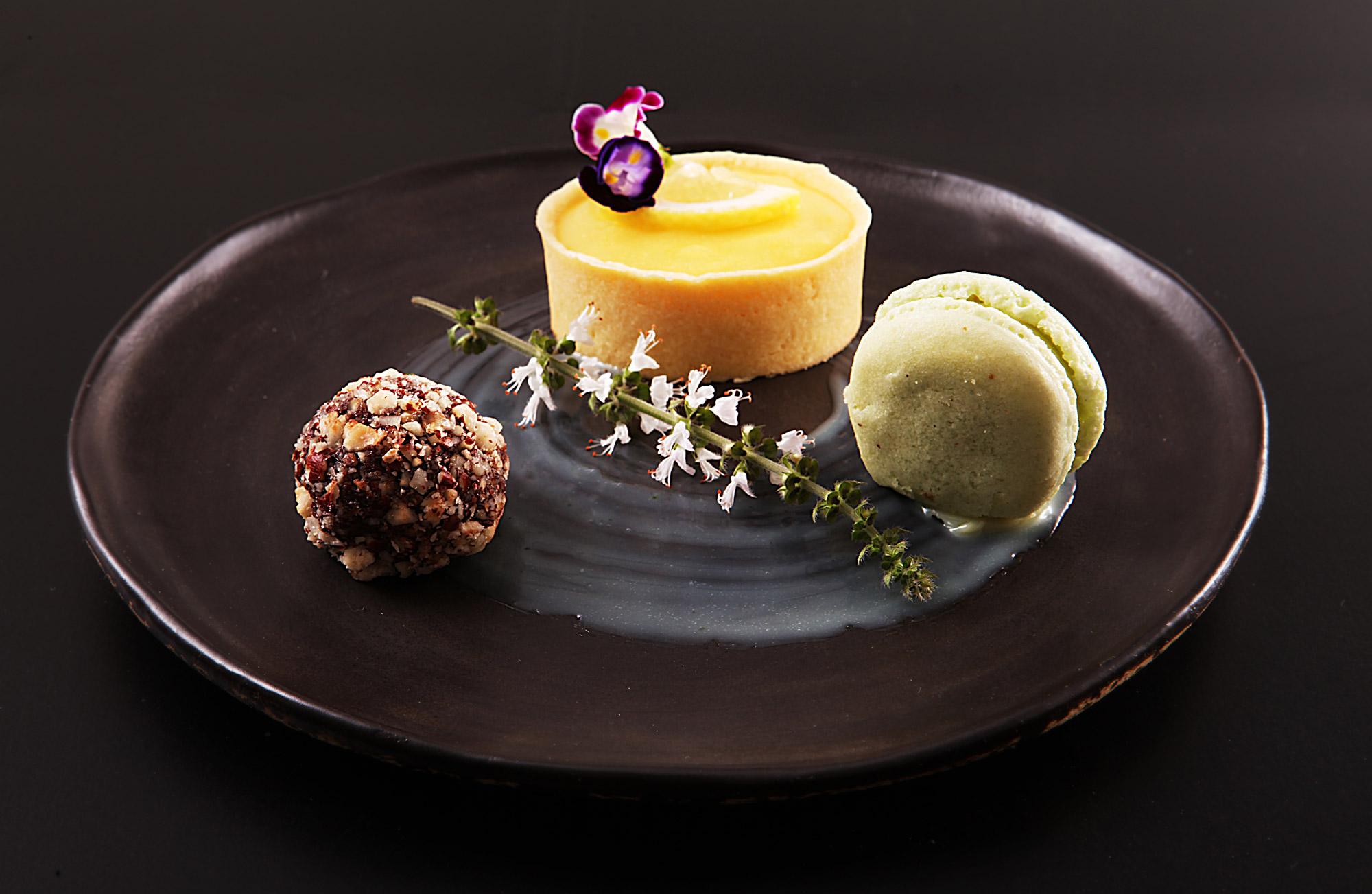 Trio de sobremesas: macaron  + trufa de caramelo salgado e avelãs + Tarte de licor Limoncello